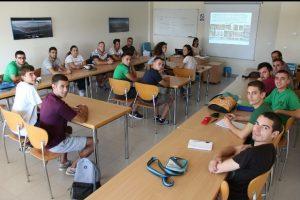 Alumnos de la EAV recibiendo asesoramiento del personal científico del IFAPA