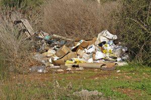 Imagen habitual que muestra los residuos, principalmente plásticos, en el entorno de los invernaderos
