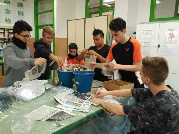 Participantes de 'Echa a volar' durante el taller de fabricación de nidos.